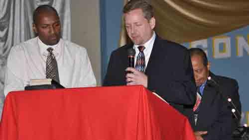 Jeff Bleijerveld prays for the Honduran pastors.