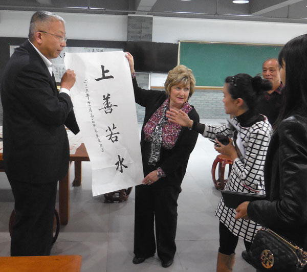Dr. Emberton meeting with Mr. Han Yanhui, principal of Zhuhai #1 Senior High School.