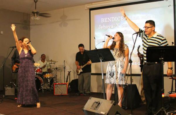The worship team at El Sembrador.