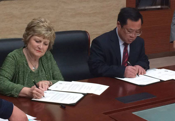 President Emberton and President Ma Chunlin of Liaocheng University signing cooperative agreements.